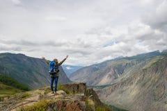 Muchacha, turista, en una roca Foto de archivo libre de regalías