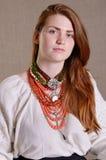 Muchacha ucraniana con la joyería tradicional Foto de archivo