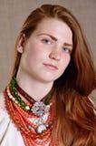 Muchacha ucraniana con la joyería tradicional Fotos de archivo