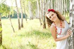 Muchacha ucraniana de la manera en una arboleda del abedul Imágenes de archivo libres de regalías