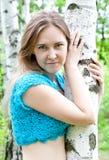 Muchacha ucraniana de la manera en una arboleda del abedul Foto de archivo