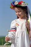 Muchacha ucraniana en campo de la manzanilla Fotografía de archivo libre de regalías