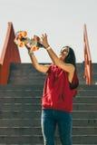 Muchacha urbana del patín con el monopatín Foto de archivo libre de regalías