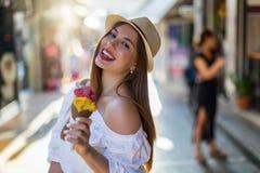 Muchacha urbana hermosa con un helado en su mano foto de archivo