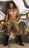 Muchacha urbana negra en equipo atractivo por la pared de la pintada Fotografía de archivo