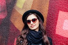Muchacha urbana sonriente con sonrisa en su cara Retrato de la muchacha de moda que se divierte al aire libre en la ciudad Imagen de archivo libre de regalías