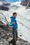 Muchacha valiente que conquista los picos de montaña de las montañas de Altai La naturaleza majestuosa de los picos y de los lago Imagen de archivo