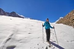 Muchacha valiente que conquista los picos de montaña de las montañas de Altai La naturaleza majestuosa de los picos y de los lago Foto de archivo libre de regalías