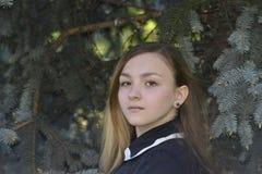 Muchacha Victoria en el bosque Fotos de archivo