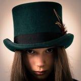 Muchacha victoriana adolescente con el pelo muy largo y un sombrero de copa Imagen de archivo libre de regalías