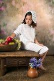 Muchacha victoriana con el cuenco de fruta Imagenes de archivo