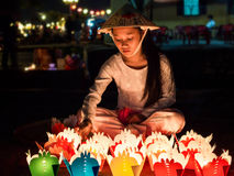 Muchacha vietnamita que vende ofrendas de la vela en Hoi An, Vietnam Fotografía de archivo