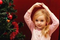 Muchacha y árbol de navidad del niño Fotos de archivo libres de regalías