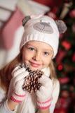 Muchacha y árbol de navidad hermosos Imagen de archivo libre de regalías