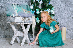 Muchacha y árbol de navidad rubios hermosos Imagenes de archivo