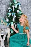 Muchacha y árbol de navidad rubios hermosos Foto de archivo libre de regalías
