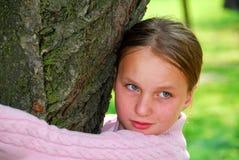 Muchacha y árbol grande Fotografía de archivo