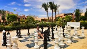Muchacha y ajedrez grande en el hotel Egipto Imagen de archivo