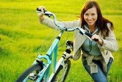 Muchacha y bicicleta bonitas Fotografía de archivo libre de regalías