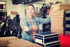 Muchacha y cajas con nuevos pares de zapatos Fotos de archivo libres de regalías