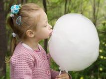 Muchacha y caramelo de algodón Imágenes de archivo libres de regalías