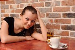 Muchacha y cau sonrientes del café imagenes de archivo