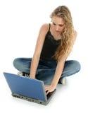 Muchacha y computadora portátil hermosas en suelo Fotografía de archivo libre de regalías