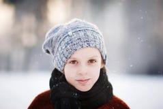 Muchacha y copos de nieve Fotos de archivo libres de regalías