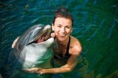 Muchacha y delfín Foto de archivo