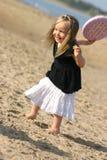 Muchacha y disco volador en una playa Fotos de archivo libres de regalías