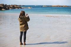 Muchacha y el mar fotos de archivo