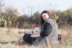 Muchacha y el perro Fotografía de archivo libre de regalías