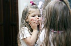 Muchacha y espejo Imágenes de archivo libres de regalías