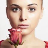 Muchacha y flor. mujer hermosa en dress.close-up rojo Imágenes de archivo libres de regalías