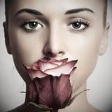 Muchacha y flor. mujer hermosa en dress.close-up rojo Imagen de archivo