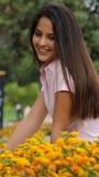 Muchacha y flores bastante adolescentes Foto de archivo
