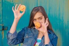 Muchacha y galletas Foto de archivo libre de regalías