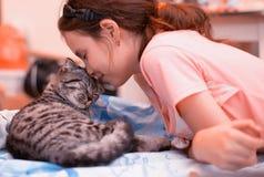 Muchacha y gatito Imagen de archivo libre de regalías