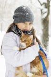 Muchacha y gatito imagen de archivo