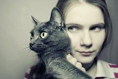 Muchacha y gato Fotos de archivo libres de regalías