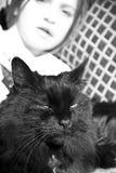 Muchacha y gato/blanco y negro Imágenes de archivo libres de regalías