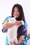 Muchacha y gato felices foto de archivo