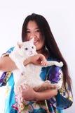 Muchacha y gato felices fotografía de archivo