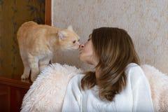 Muchacha y gato rojo Imágenes de archivo libres de regalías