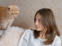 Muchacha y gato rojo Foto de archivo libre de regalías