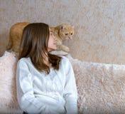 Muchacha y gato rojo imagenes de archivo