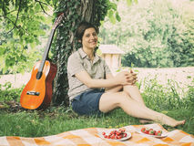 Muchacha y guitarra en color del vintage Imagen de archivo libre de regalías