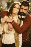 Muchacha y hombre con las flores en barba Foto de archivo libre de regalías