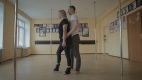 Muchacha y hombres que bailan el plástico de la tira en vídeo de la cantidad de la acción del estudio de la danza metrajes