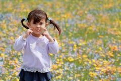 Muchacha y jardín de flores japoneses Foto de archivo